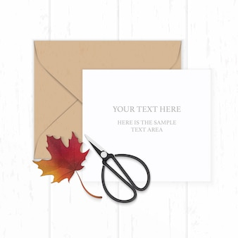 평평하다 평면도 우아한 흰색 구성 종이 갈색 크래프트 봉투 가을 붉은 단풍 잎과 나무 배경에 금속 빈티지가 위.