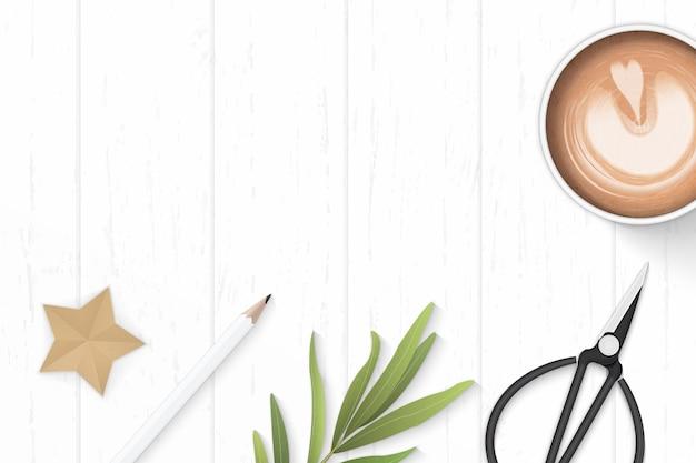 フラットレイトップビューエレガントな白い構成紙コーヒー鉛筆スタークラフトと木製の背景に金属はさみ。