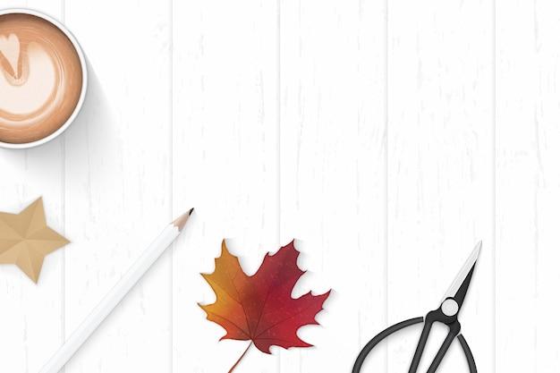 フラットレイトップビューエレガントな白い構成紙コーヒー鉛筆タグはさみ秋のカエデの葉と木製の背景にスタークラフト。