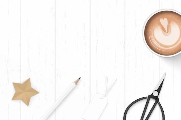 Плоские лежал вид сверху элегантный белый состав бумаги кофе карандаш звезда ремесло ластик и ножницы по металлу на деревянном фоне.
