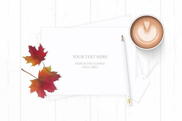 Плоский вид сверху элегантный белый состав бумаги кофе карандаш тег и осенний кленовый лист на деревянном фоне.