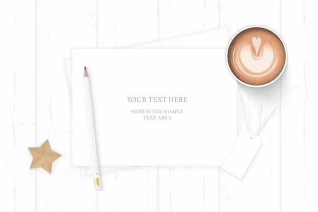 Плоский вид сверху элегантный белый состав бумаги кофе карандаш тег и звездное судно на деревянном фоне.
