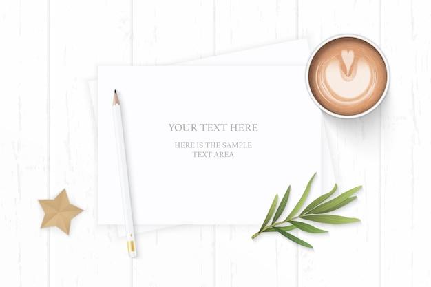 Плоский вид сверху элегантный белый состав бумажный кофейный карандаш лист эстрагона и звездное судно на деревянном фоне.