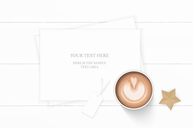 평평하다 평면도 우아한 흰색 구성 종이 커피 태그와 나무 배경에 별 모양 공예 개체.