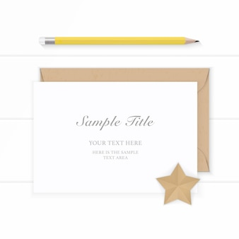 フラットレイトップビューエレガントな白い組成紙クラフト封筒と木製の背景に黄色の鉛筆。