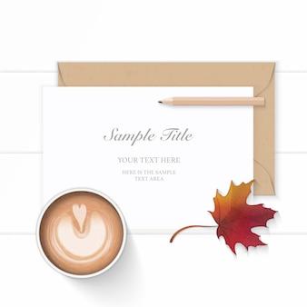 フラットレイトップビューエレガントな白い組成紙クラフト封筒鉛筆秋のカエデの葉と木製の背景にコーヒー。