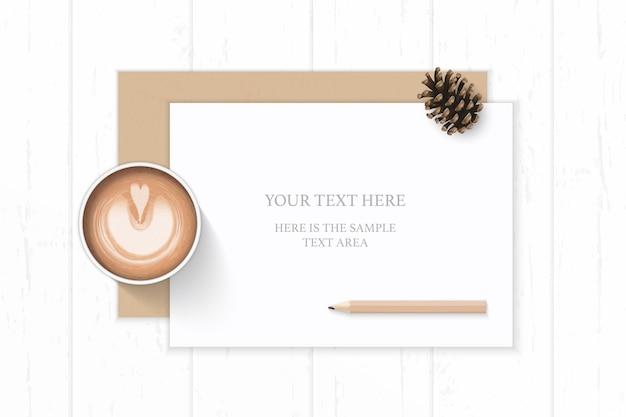 Плоский вид сверху элегантный белый состав крафт-бумага конверт сосновая шишка кофе и карандаш на деревянных фоне.