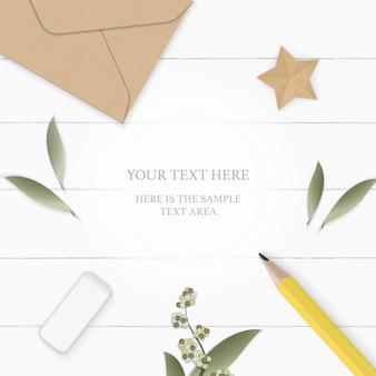 Плоский вид сверху элегантный белый состав бумажный лист цветок сосновая шишка крафт-конверт желтый карандаш ластик и звездное ремесло на деревянном фоне.