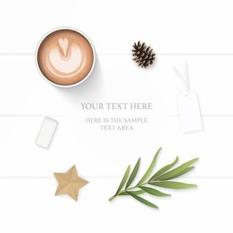 Плоский вид сверху элегантный белый состав бумажный лист сосновая шишка карандаш ластик тег звездное ремесло кофе и лист эстрагона на деревянном фоне.