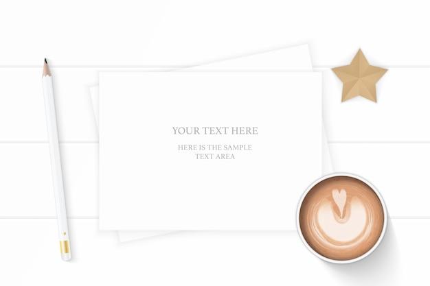 フラットレイトップビューエレガントな白い構成紙鉛筆コーヒーと木製の背景に星形の工芸品。