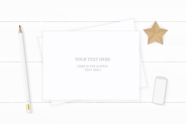 Плоский вид сверху элегантный белый состав бумажный ластик для карандашей и корабль в форме звезды на деревянном фоне.