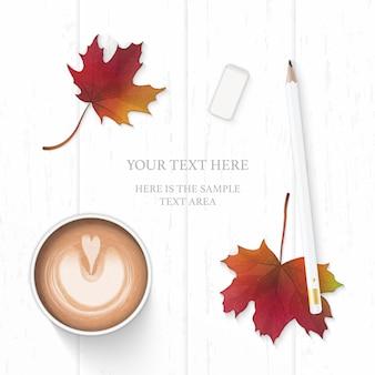 フラットレイトップビューエレガントな白い構成紙鉛筆消しゴムコーヒーと木製の背景に秋のカエデの葉