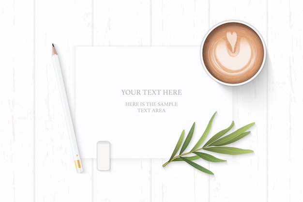 Плоский вид сверху элегантный белый состав бумажный карандаш ластик лист эстрагона и кофе на деревянных фоне.