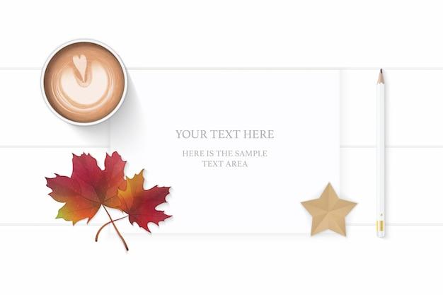 Плоский вид сверху элегантный белый состав бумажный карандаш бирка звездное ремесло осенний кленовый лист и кофе на деревянном фоне.