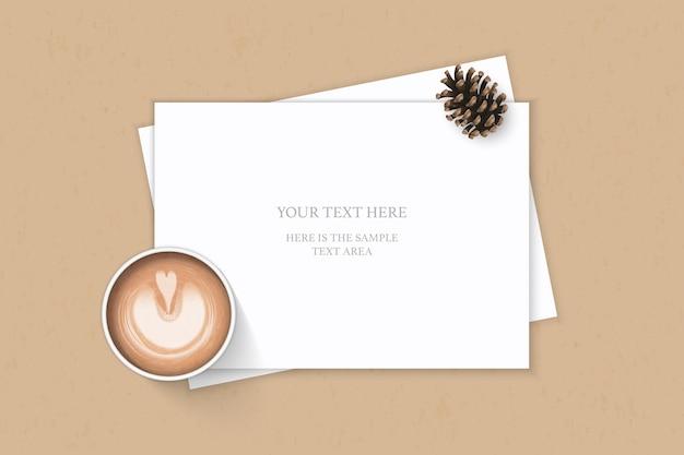 평면 위치 상위 뷰 우아한 흰색 구성 종이 소나무 콘 및 크래프트 배경에 커피.