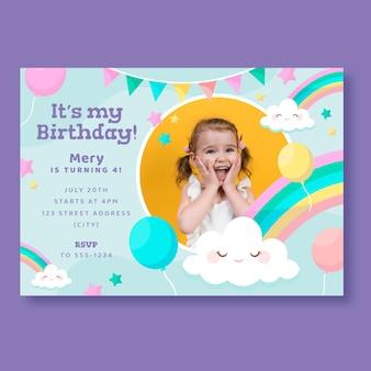 Плоский шаблон приглашения на день рождения с изображением радуги