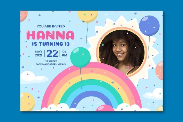 Modello di invito compleanno arcobaleno piatto con foto