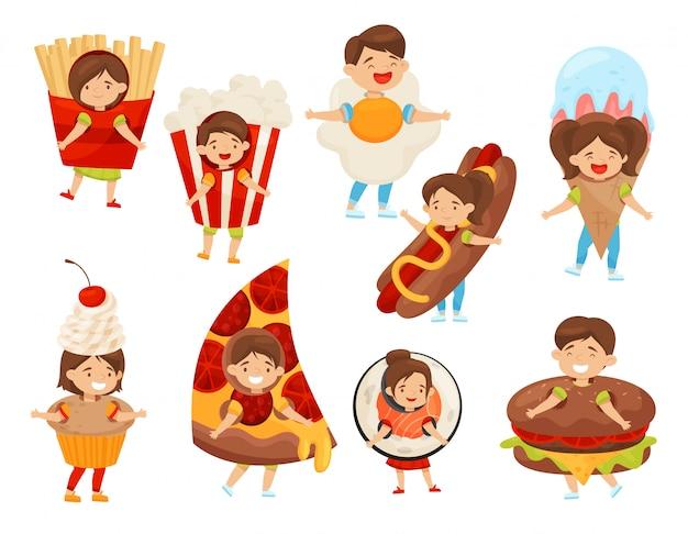 食品の衣装で子供たちのフラットセット。幸せな表情のかわいい男の子と女の子。カーニバル衣装の子供たち