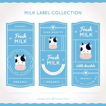 装飾的な牛と牛乳ラベルのフラットセット