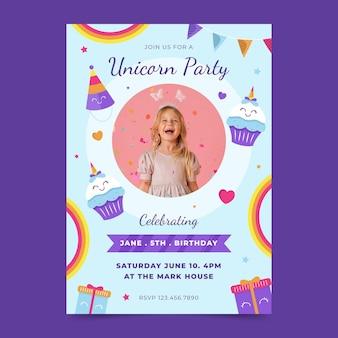 Modello di invito compleanno verticale unicorno piatto con foto