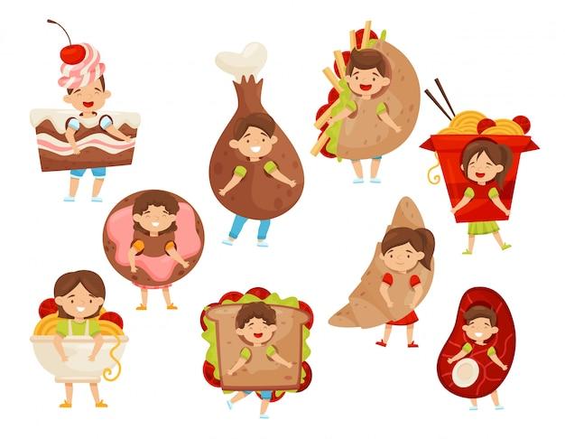 Плоский вектоэ набор детей, одетых в костюмы быстрого питания. смешные маленькие мальчики и девочки. персонажи мультфильмов