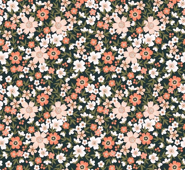 플로랄 패턴. 예쁜 꽃, 녹색 배경입니다. 작은 베이지 색 꽃으로 인쇄. ditsy 인쇄