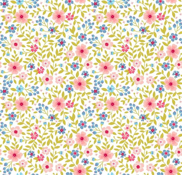 花柄。白い背景の上のきれいな花。小さな青とピンクの花で印刷。ちっぽけなプリント。シームレスなテクスチャ。春の花束。