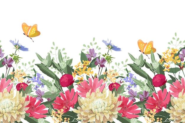 花のシームレスなボーダー。夏の花、緑の葉。チコリ、アオイ科の植物、テンニンギク、マリーゴールド、フランスギク、牡丹。赤、黄色、青の花とつぼみ、白い背景の上の黄色い蝶。