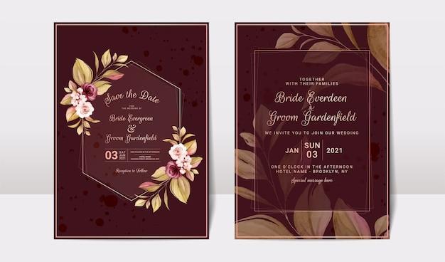 Цветочный шаблон свадебного приглашения с бордовыми и персиковыми розами, цветами и листьями.
