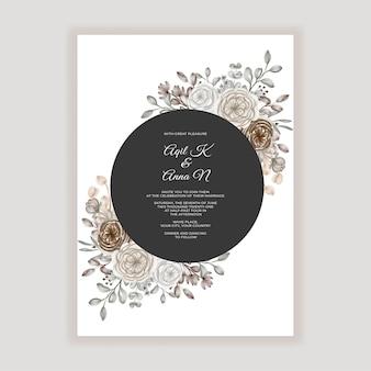 茶色のキャラメルの花の装飾と花の結婚式の招待状