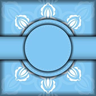 あなたのデザインのための豪華な白い装飾品と青い色のチラシ。