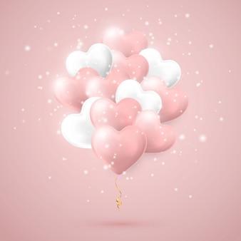 ハートの形で飛んでいるヘリウム気球