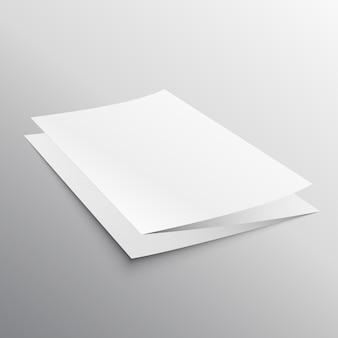 Modello prospettico di brochure di carta piegato