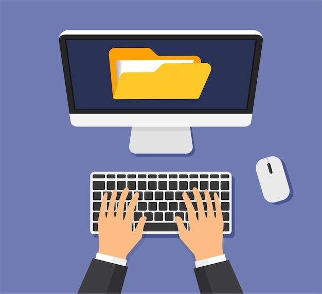 画面上のファイルとドキュメントを含むフォルダ。手はコンピューターのキーボードで入力しています。モニターディスプレイ上のデータセキュリティとプライバシーの概念。上面図。
