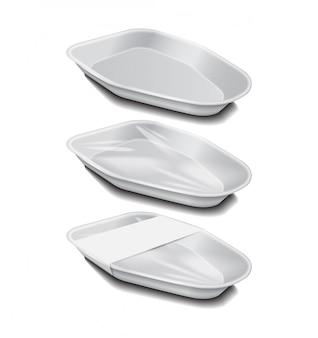 白いラベルが付いた食品プラスチック製の白いトレイ。発泡スチロールの食品保管。泡食器、食品用空箱。側面図