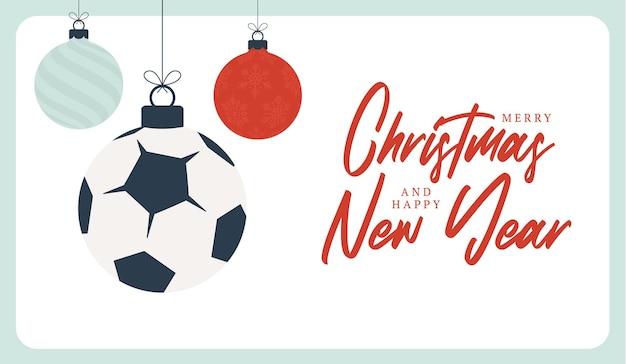 축구 크리스마스 인사말 카드입니다. 기쁜 성 탄과 새 해 복 많이 받으세요 평면 만화 스포츠 배너입니다. 배경에 크리스마스 공으로 축구공입니다. 벡터 일러스트 레이 션.