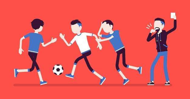 축구 심판은 팀 선수에게 경고 카드를 들고 있습니다. 축구 경기 규칙을 어기고 휘파람을 불며 경기를 규정하는 페널티 기호를 보여주는 공무원.