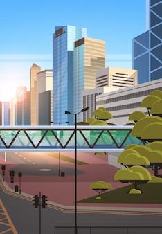 Пешеходный мост через шоссе асфальтированная дорога с разметкой стрелки дорожные знаки