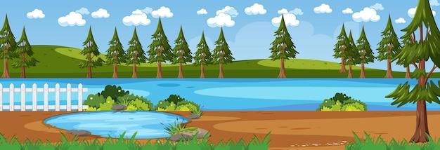 많은 나무와 낮 시간에 강 가로 장면을 따라 숲