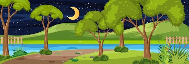 たくさんの木がある夜の川の水平方向のシーンに沿った森