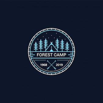 숲 캠프 배지. 선 그림. 트레킹, 캠핑 상징.
