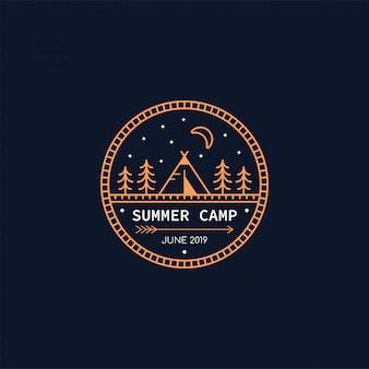 森キャンプバッジ。線図。トレッキング、キャンプのエンブレム。