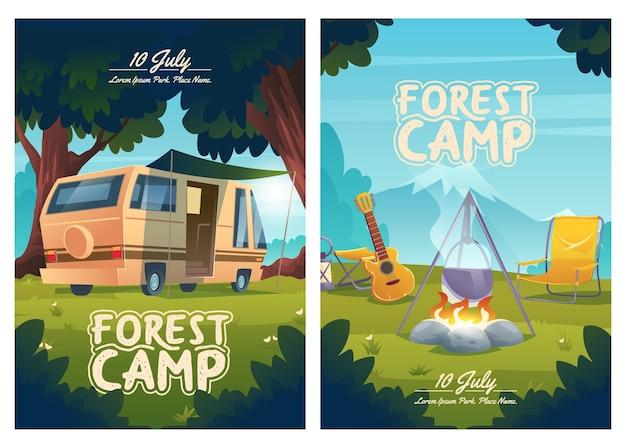 Volantini del fumetto del campo della foresta invito al fuoco di accampamento della roulotte del campeggio estivo con pentola e chitarra su montagna vista estate viaggio viaggio escursionismo poster all'aperto