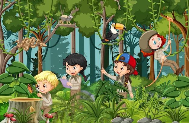 多くの子供たちがさまざまな活動をしている森のシーン