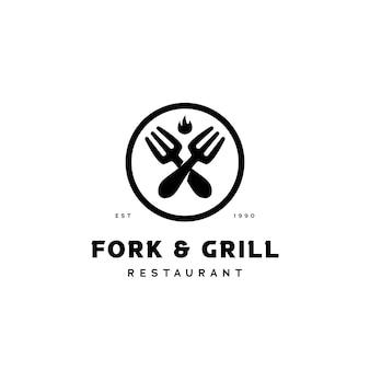 Логотип кухни вилки и гриля для ресторанного бизнеса со значком символа перечеркнутой вилки