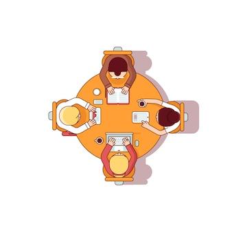 Quattro persone team seduti e lavorare insieme