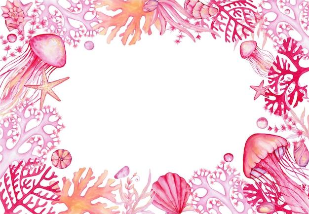 海のクラゲ、貝殻、サンゴ、ヒトデ、藻類のフレーム。招待状やポストカード用の孤立した背景の水彩クリップアート。