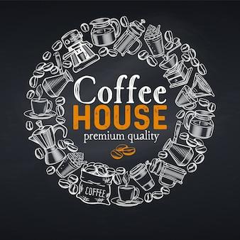 Рамка шаблон дизайна страницы кофейни с эскизными чашками, горячими напитками, французской прессой, пивоваром для меню кафе. стиль классной доски.