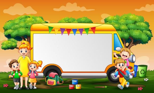 Рамочный шаблон с детьми, играющими в парке