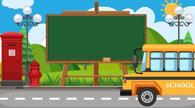 道路上の学校のバスを持つフレーム
